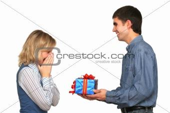 Принимать подарки от чужих мужчин